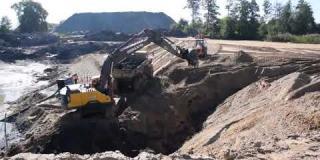 Embedded thumbnail for 28-09-2018 - Zasypywanie zbiornika wodnego w miejscowości Bocian.