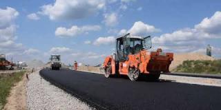 Embedded thumbnail for 25-07-2019 - Rozkładanie warstwy podbudowy asfaltowej na łącznicy Ł-4 .Węzeł Kołbiel