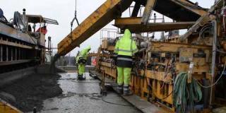 Embedded thumbnail for 18-11-2019 - Rozkładanie warstwy ścieralnej z betonu cementowego  w km 24+165 do 24+360.